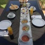 בן עמי ארוחת בוקר במרפסת החדר