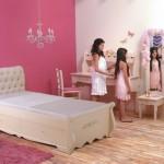 חדר מעוצב לילדה עם מיטה וקפיטונאז', ארון עם מגירות, שולחן כתיבה וטואלט